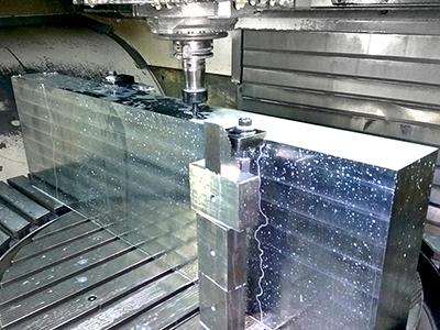 Ein Werkzeug wird auf modernen CNC Fräsmaschinen Hergestellt