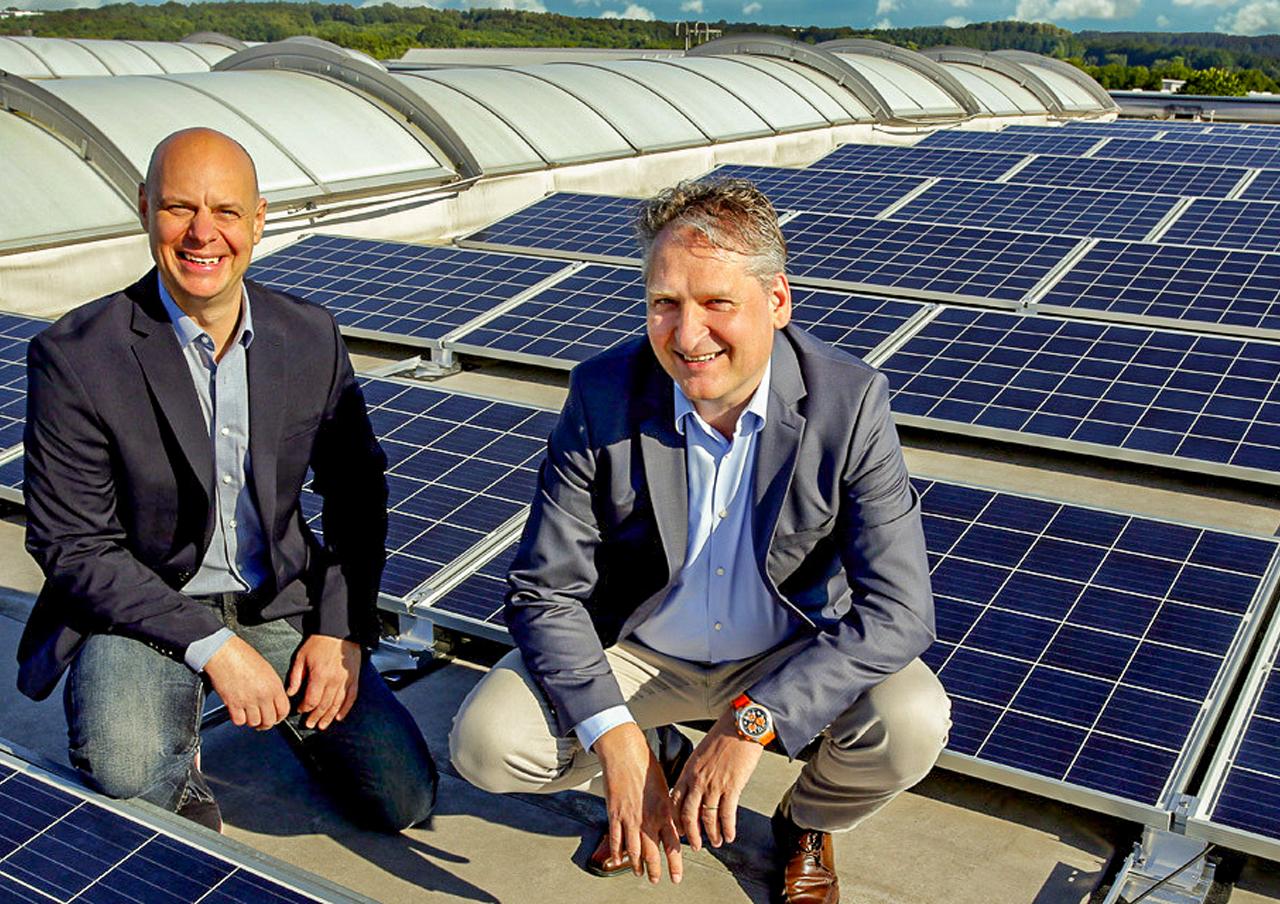 Stefan Fornahl i Dirk Adler przed 180 panelami słonecznymi elektrowni słonecznej w Proroll